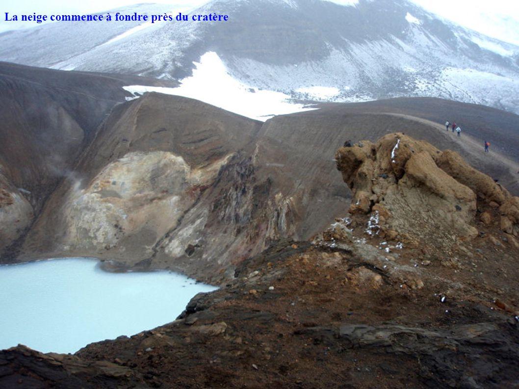 La neige commence à fondre près du cratère