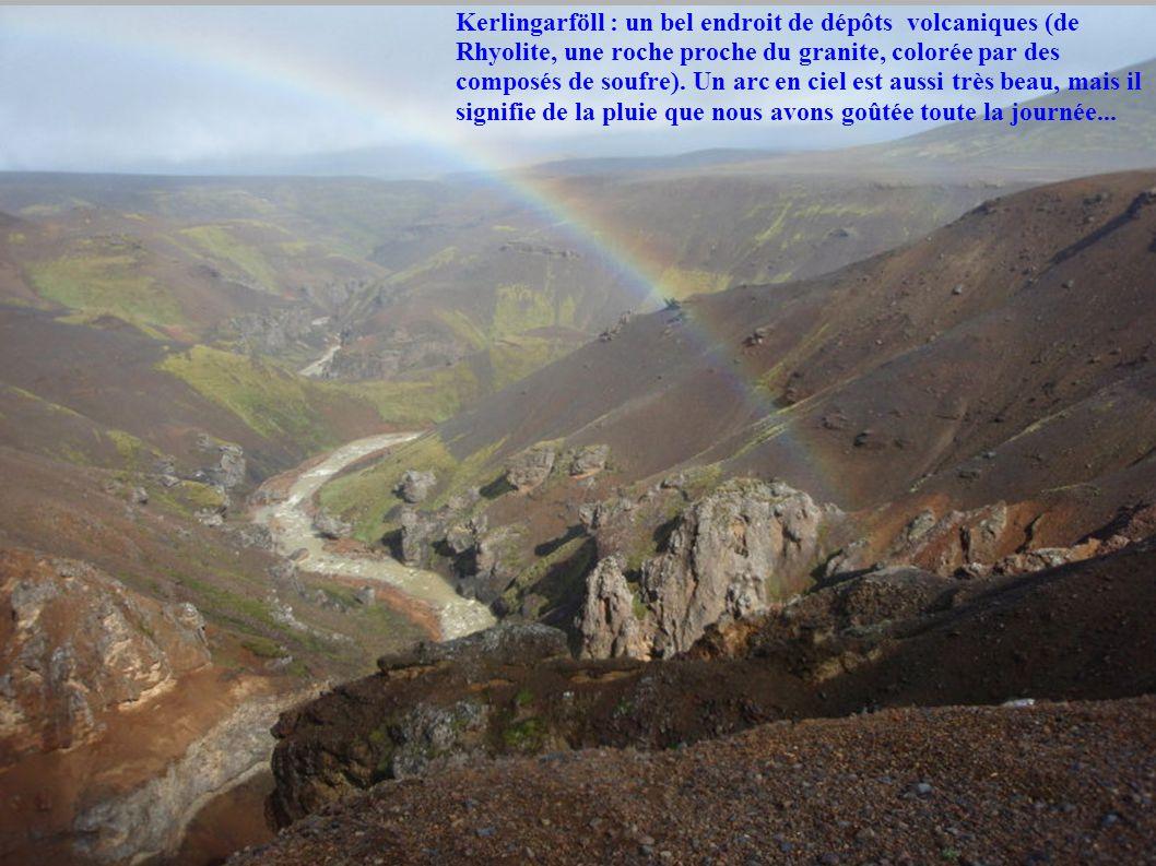 Kerlingarföll : un bel endroit de dépôts volcaniques (de Rhyolite, une roche proche du granite, colorée par des composés de soufre).