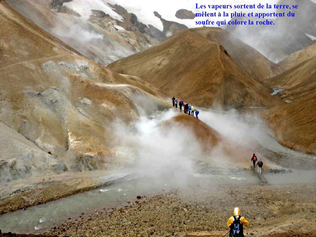 Les vapeurs sortent de la terre, se mêlent à la pluie et apportent du soufre qui colore la roche.