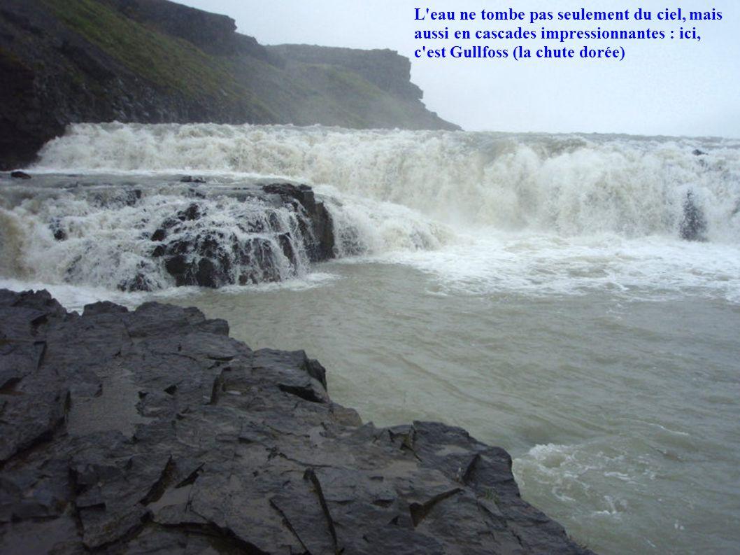 L eau ne tombe pas seulement du ciel, mais aussi en cascades impressionnantes : ici, c est Gullfoss (la chute dorée)