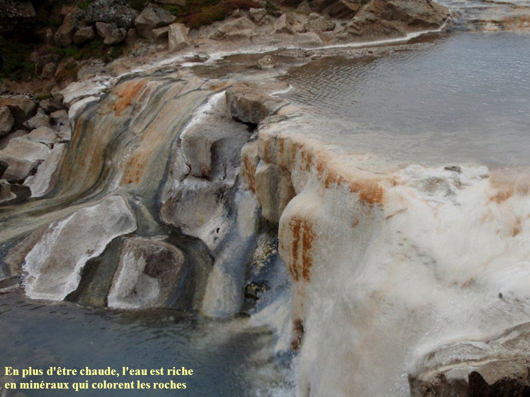 En plus d être chaude, l eau est riche en minéraux qui colorent les roches