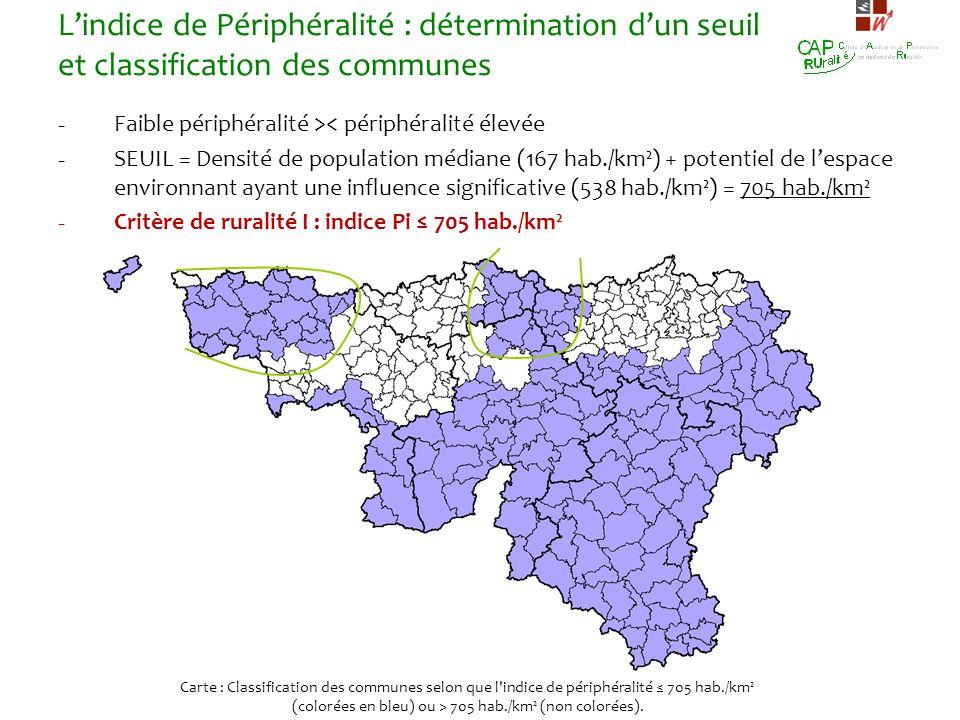 (colorées en bleu) ou > 705 hab./km² (non colorées).