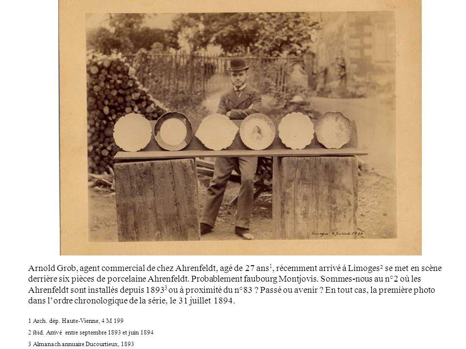 Arnold Grob, agent commercial de chez Ahrenfeldt, agé de 27 ans1, récemment arrivé à Limoges² se met en scène derrière six pièces de porcelaine Ahrenfeldt. Probablement faubourg Montjovis. Sommes-nous au n°2 où les Ahrenfeldt sont installés depuis 18933 ou à proximité du n°83 Passé ou avenir En tout cas, la première photo dans l'ordre chronologique de la série, le 31 juillet 1894.