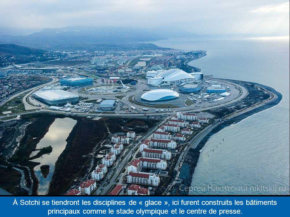 À Sotchi se tiendront les disciplines de « glace », ici furent construits les bâtiments principaux comme le stade olympique et le centre de presse.