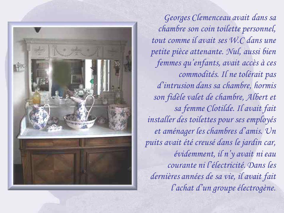 Georges Clemenceau avait dans sa chambre son coin toilette personnel, tout comme il avait ses W.C dans une petite pièce attenante.
