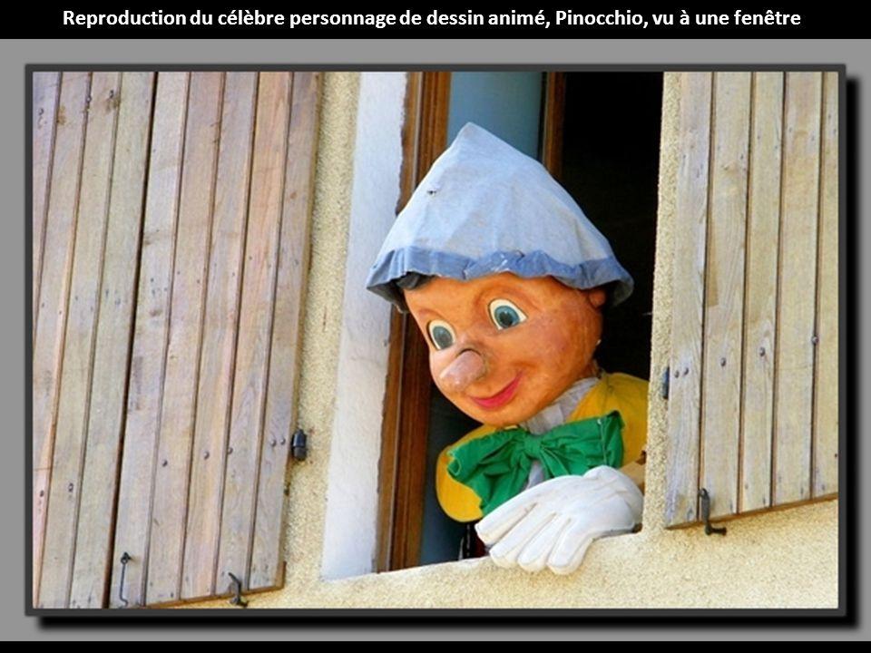 Reproduction du célèbre personnage de dessin animé, Pinocchio, vu à une fenêtre
