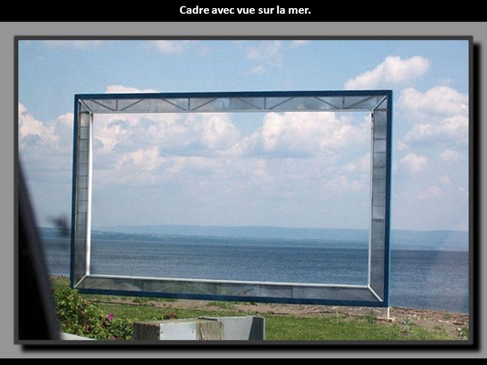 Cadre avec vue sur la mer.