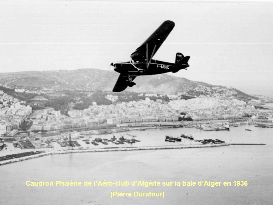 Caudron Phalène de l'Aéro-club d'Algérie sur la baie d'Alger en 1936