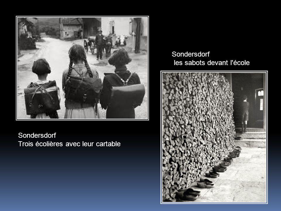 Sondersdorf les sabots devant l école Sondersdorf Trois écolières avec leur cartable