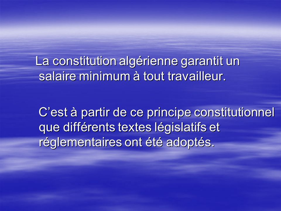 La constitution algérienne garantit un salaire minimum à tout travailleur.