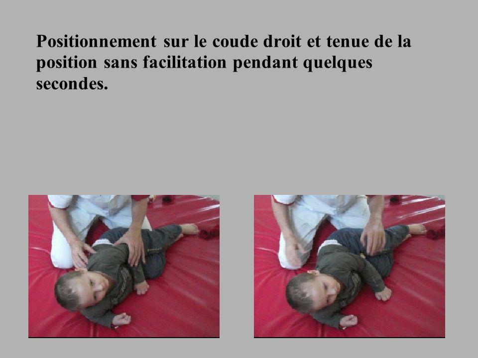 Positionnement sur le coude droit et tenue de la position sans facilitation pendant quelques secondes.
