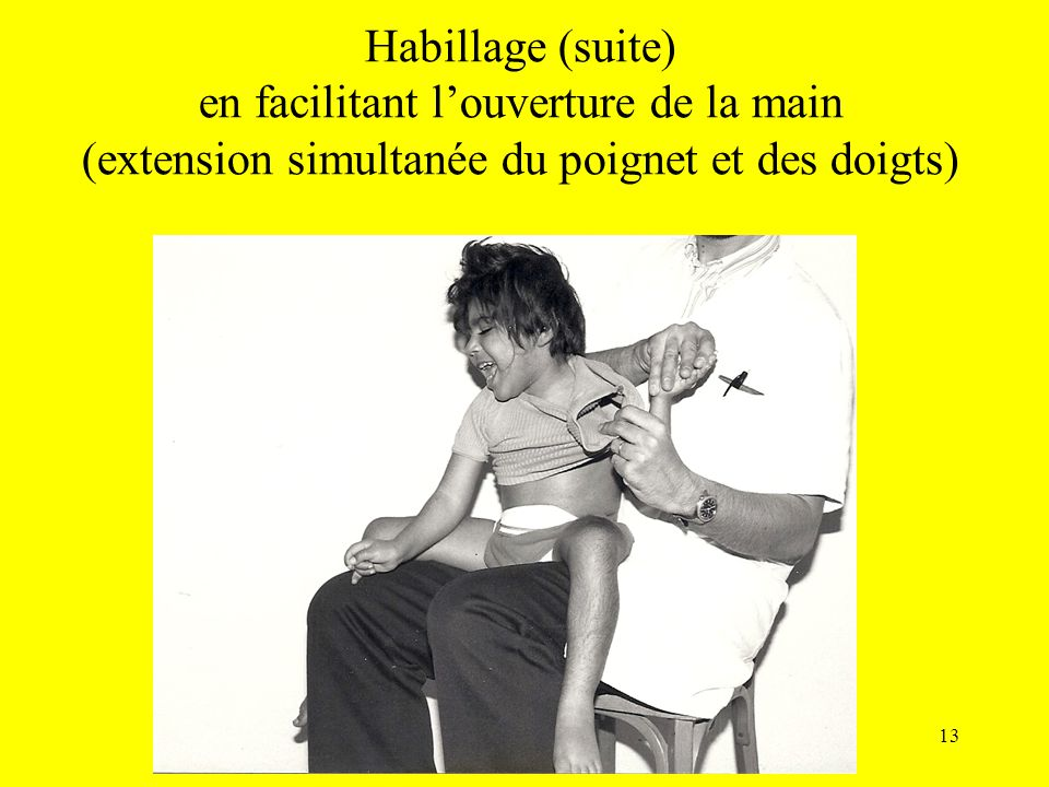 Habillage (suite) en facilitant l'ouverture de la main (extension simultanée du poignet et des doigts)