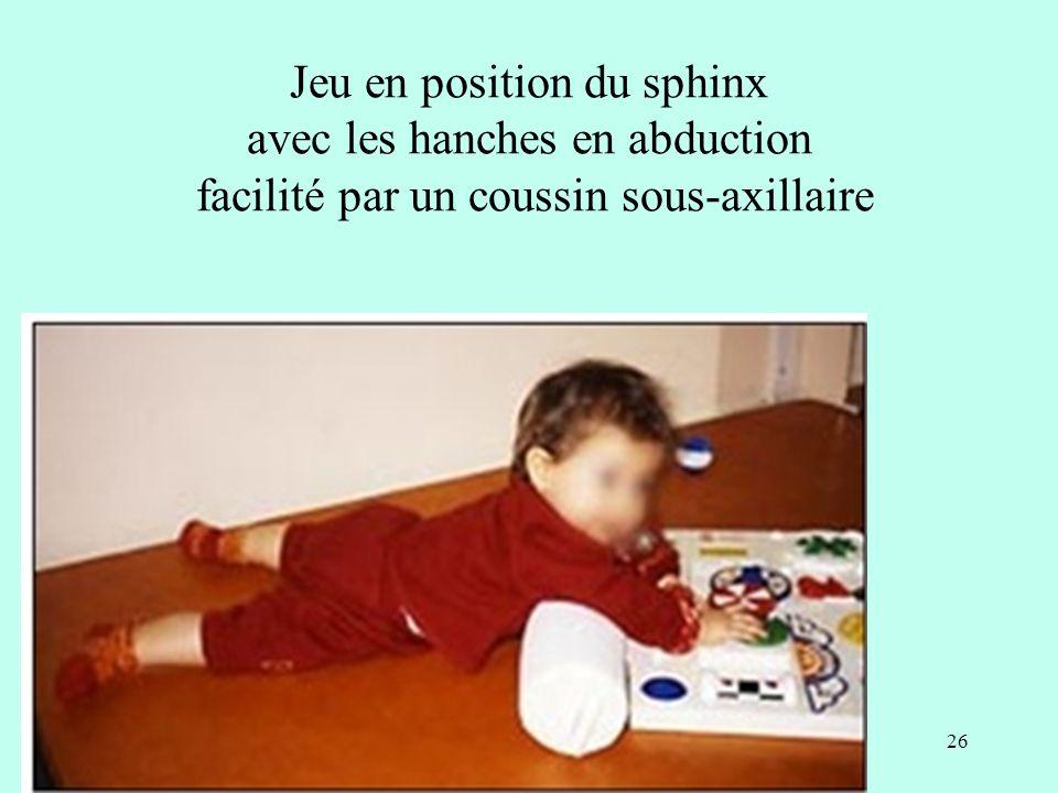 Jeu en position du sphinx avec les hanches en abduction facilité par un coussin sous-axillaire