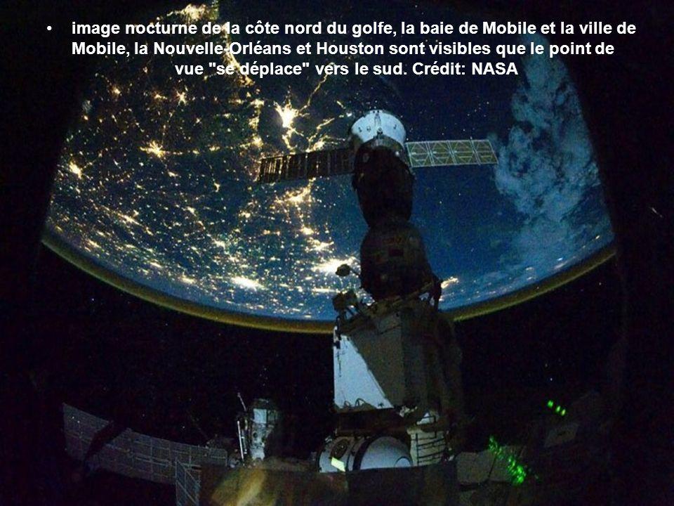 image nocturne de la côte nord du golfe, la baie de Mobile et la ville de Mobile, la Nouvelle-Orléans et Houston sont visibles que le point de vue se déplace vers le sud.