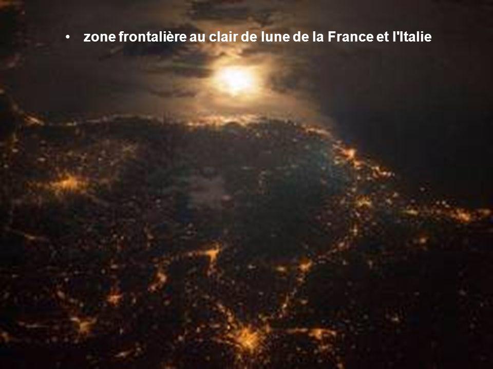zone frontalière au clair de lune de la France et l Italie
