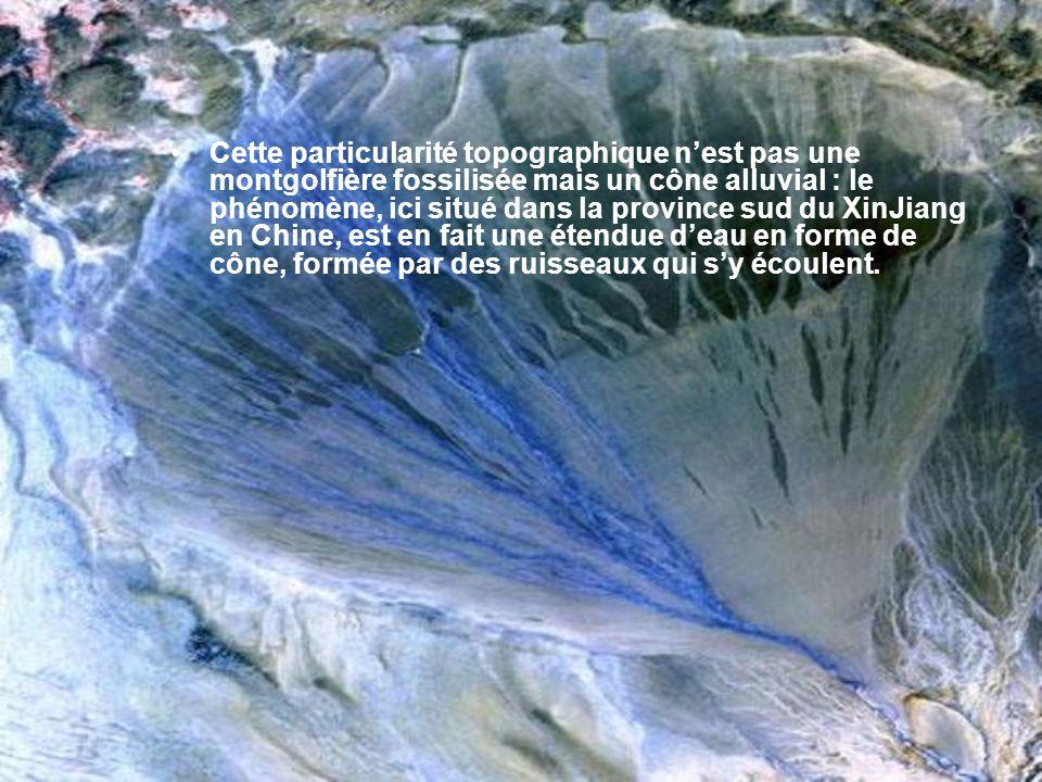Cette particularité topographique n'est pas une montgolfière fossilisée mais un cône alluvial : le phénomène, ici situé dans la province sud du XinJiang en Chine, est en fait une étendue d'eau en forme de cône, formée par des ruisseaux qui s'y écoulent.