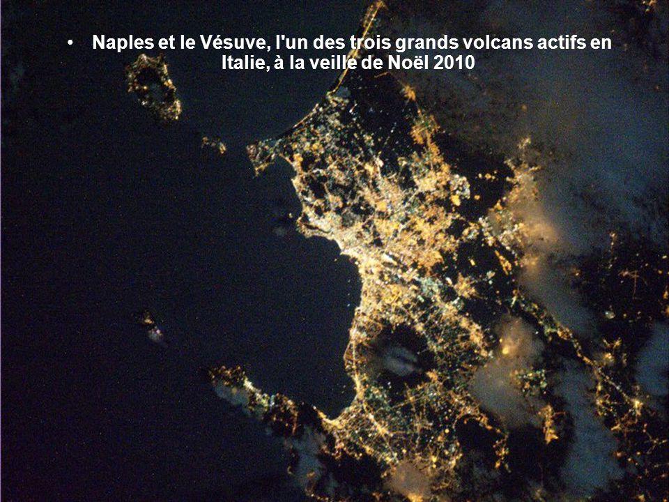 Naples et le Vésuve, l un des trois grands volcans actifs en