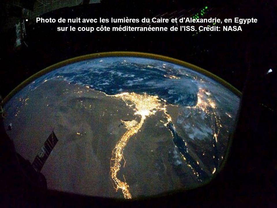 Photo de nuit avec les lumières du Caire et d Alexandrie, en Egypte