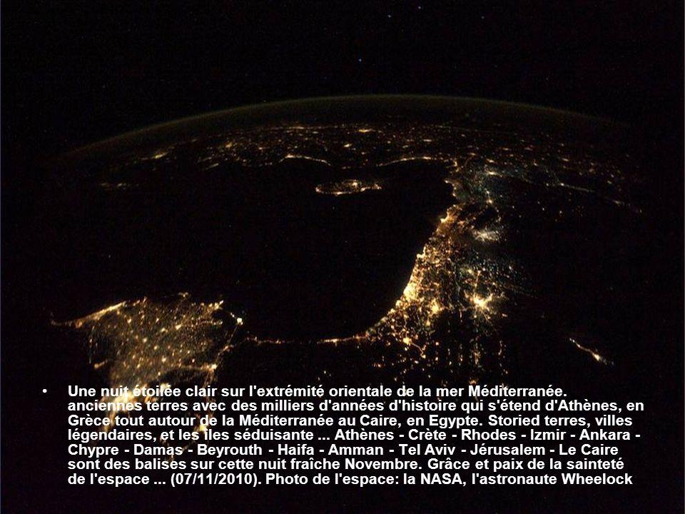 Une nuit étoilée clair sur l extrémité orientale de la mer Méditerranée.