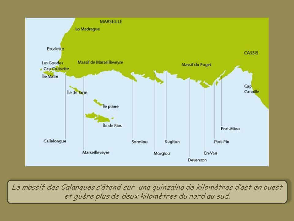 Le massif des Calanques s'étend sur une quinzaine de kilomètres d'est en ouest et guère plus de deux kilomètres du nord au sud.