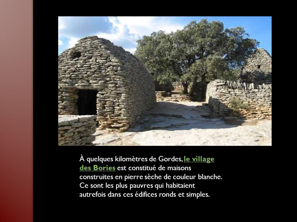 À quelques kilomètres de Gordes, le village des Bories est constitué de maisons construites en pierre sèche de couleur blanche.