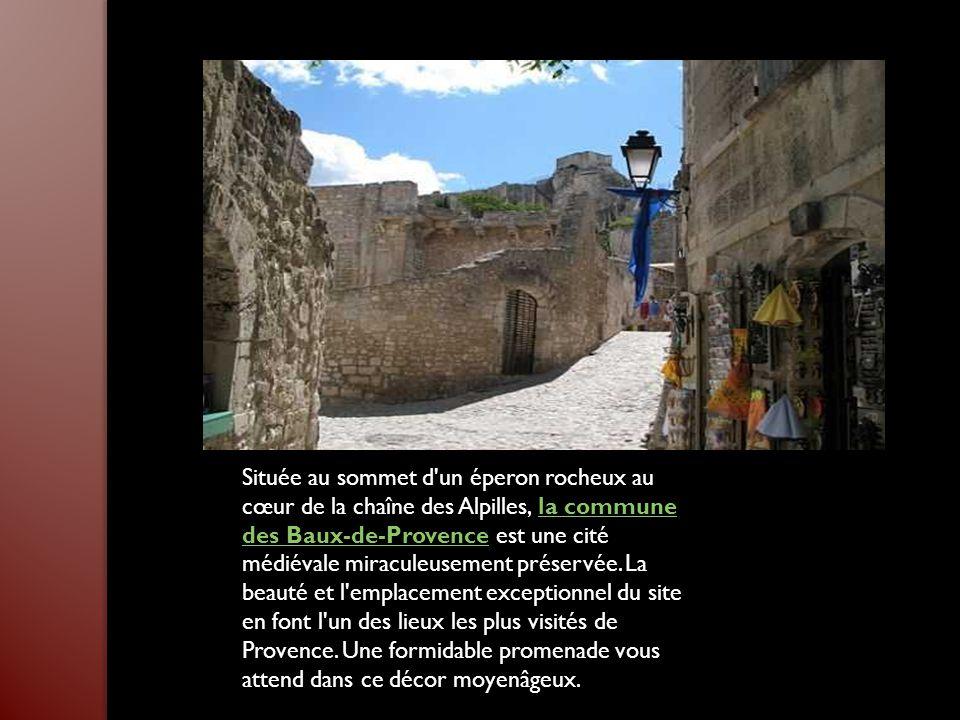 Située au sommet d un éperon rocheux au cœur de la chaîne des Alpilles, la commune des Baux-de-Provence est une cité médiévale miraculeusement préservée.
