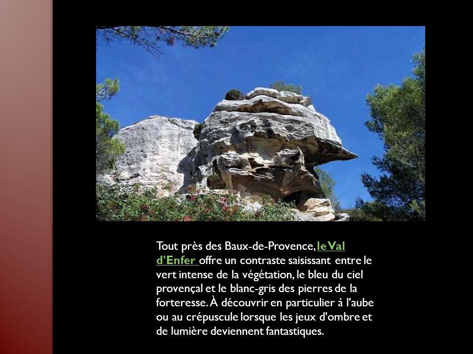 Tout près des Baux-de-Provence, le Val d Enfer offre un contraste saisissant entre le vert intense de la végétation, le bleu du ciel provençal et le blanc-gris des pierres de la forteresse.