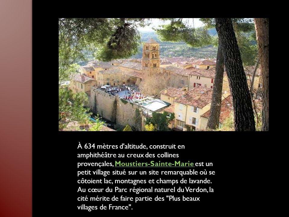 À 634 mètres d altitude, construit en amphithéâtre au creux des collines provençales, Moustiers-Sainte-Marie est un petit village situé sur un site remarquable où se côtoient lac, montagnes et champs de lavande.