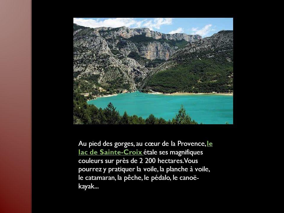 Au pied des gorges, au cœur de la Provence, le lac de Sainte-Croix étale ses magnifiques couleurs sur près de 2 200 hectares.