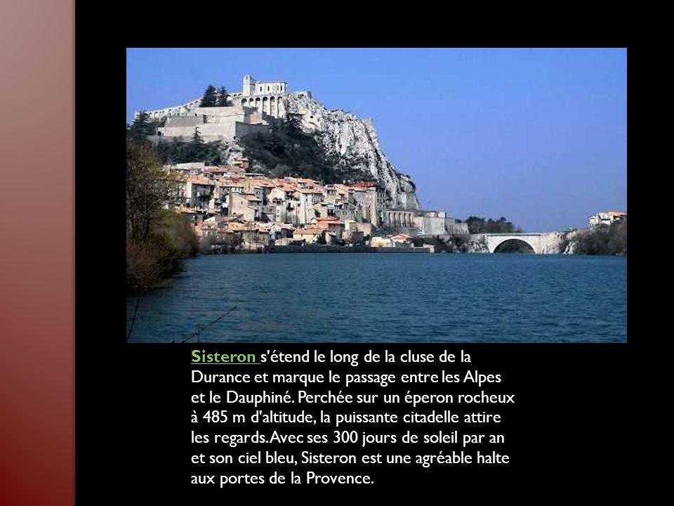 Sisteron s étend le long de la cluse de la Durance et marque le passage entre les Alpes et le Dauphiné.