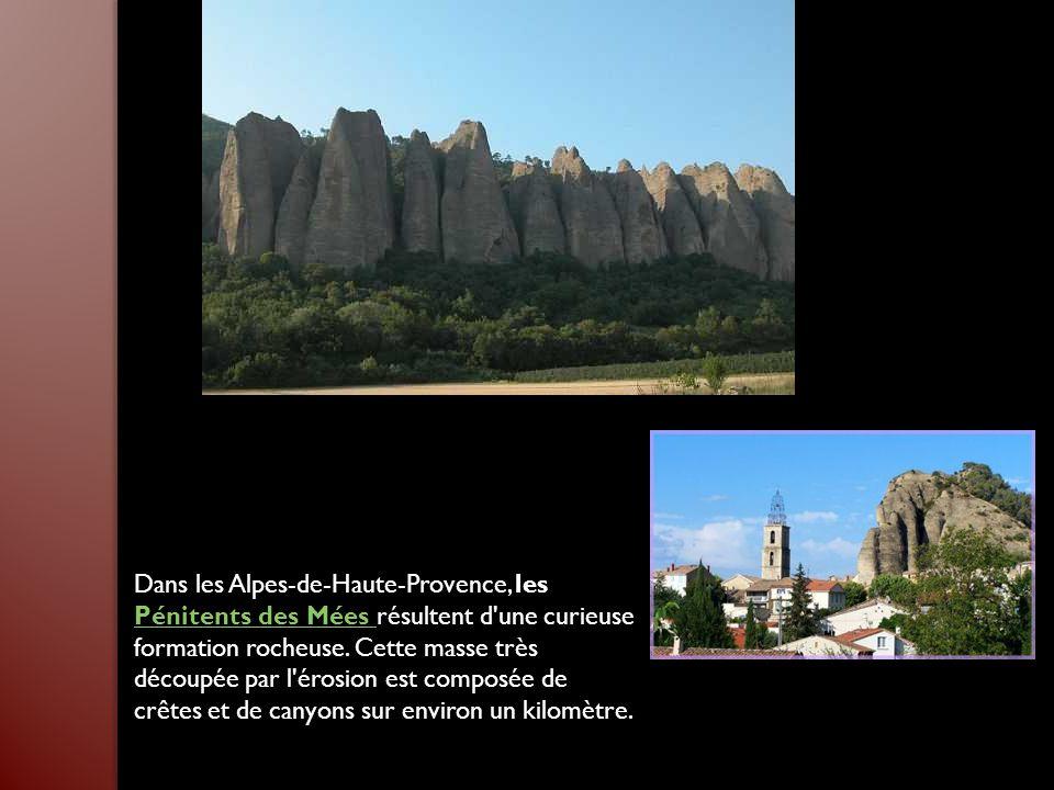 Dans les Alpes-de-Haute-Provence, les Pénitents des Mées résultent d une curieuse formation rocheuse.