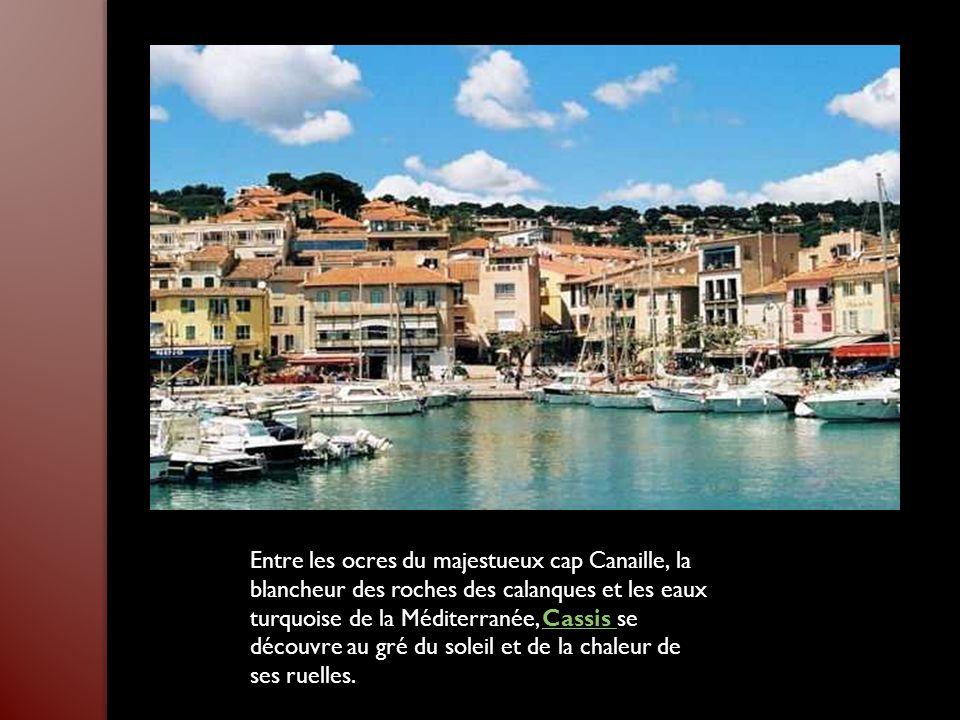 Entre les ocres du majestueux cap Canaille, la blancheur des roches des calanques et les eaux turquoise de la Méditerranée, Cassis se découvre au gré du soleil et de la chaleur de ses ruelles.