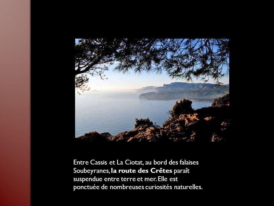 Entre Cassis et La Ciotat, au bord des falaises Soubeyranes, la route des Crêtes paraît suspendue entre terre et mer.