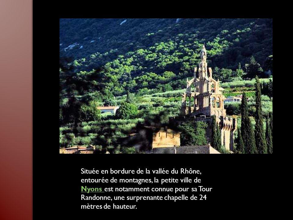 Située en bordure de la vallée du Rhône, entourée de montagnes, la petite ville de Nyons est notamment connue pour sa Tour Randonne, une surprenante chapelle de 24 mètres de hauteur.