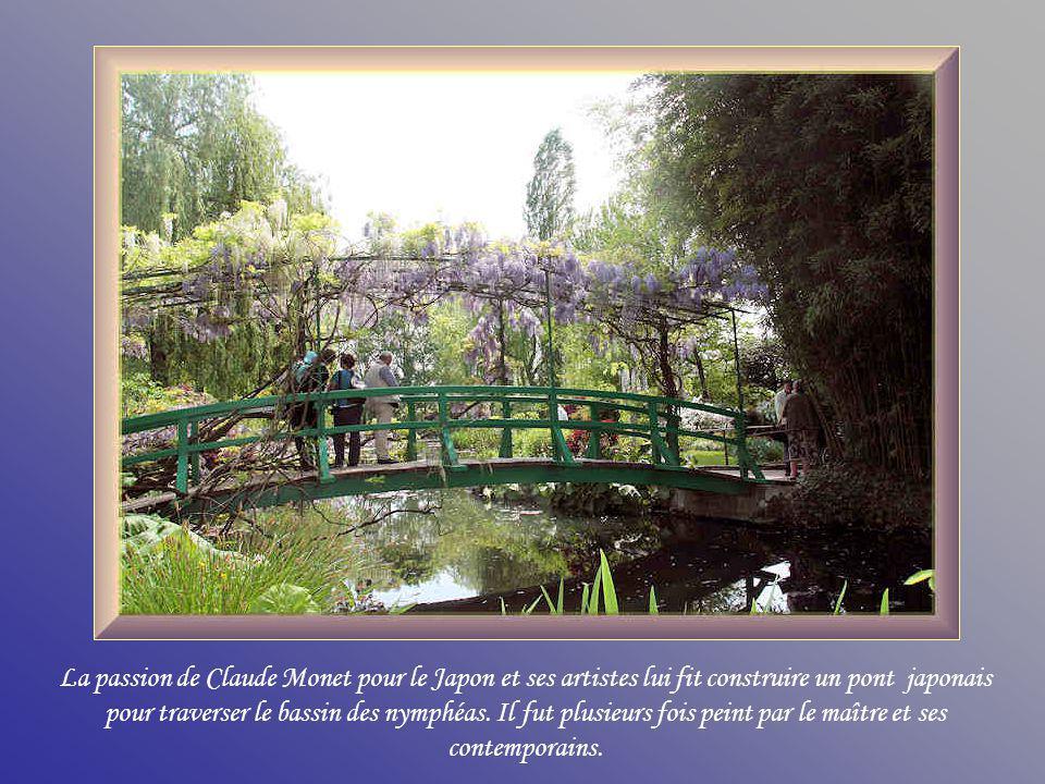 La passion de Claude Monet pour le Japon et ses artistes lui fit construire un pont japonais pour traverser le bassin des nymphéas.