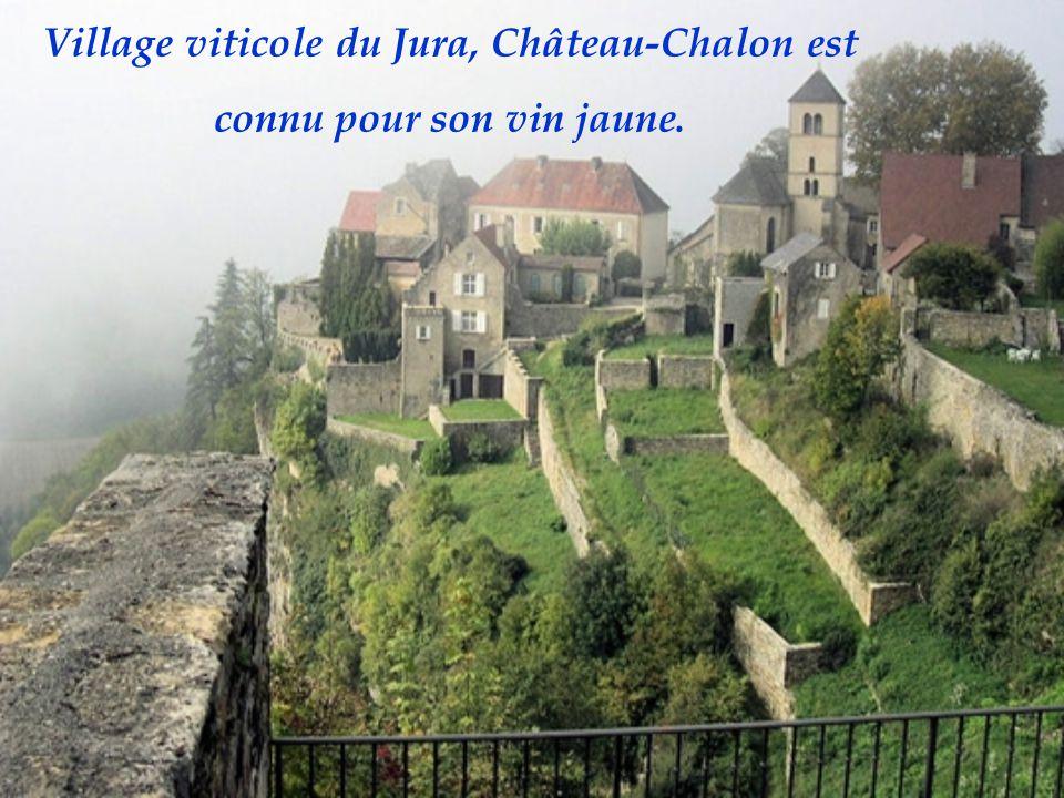 Village viticole du Jura, Château-Chalon est connu pour son vin jaune.