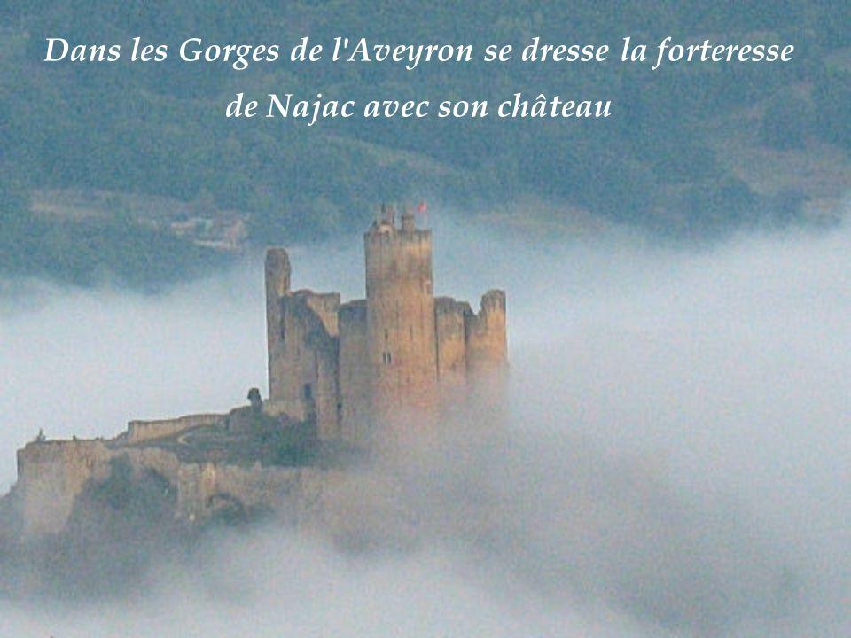 Dans les Gorges de l Aveyron se dresse la forteresse de Najac avec son château
