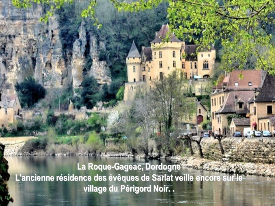La Roque-Gageac, Dordogne L ancienne résidence des évêques de Sarlat veille encore sur le village du Périgord Noir.
