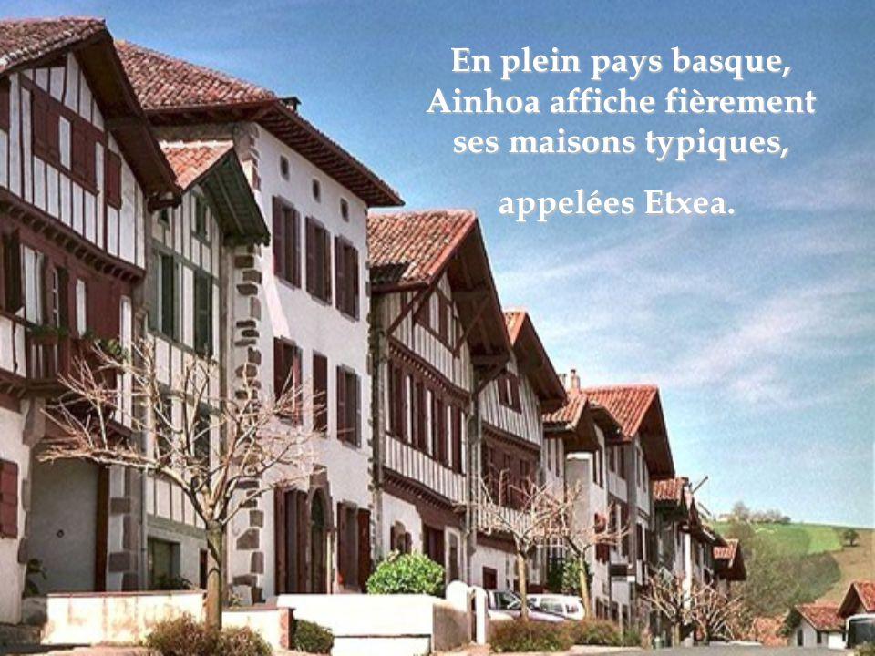 En plein pays basque, Ainhoa affiche fièrement ses maisons typiques, appelées Etxea.