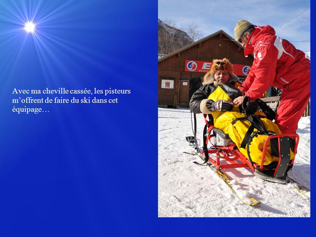 Avec ma cheville cassée, les pisteurs m'offrent de faire du ski dans cet équipage…