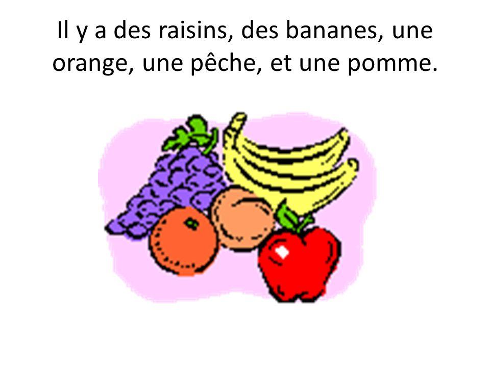 Il y a des raisins, des bananes, une orange, une pêche, et une pomme.
