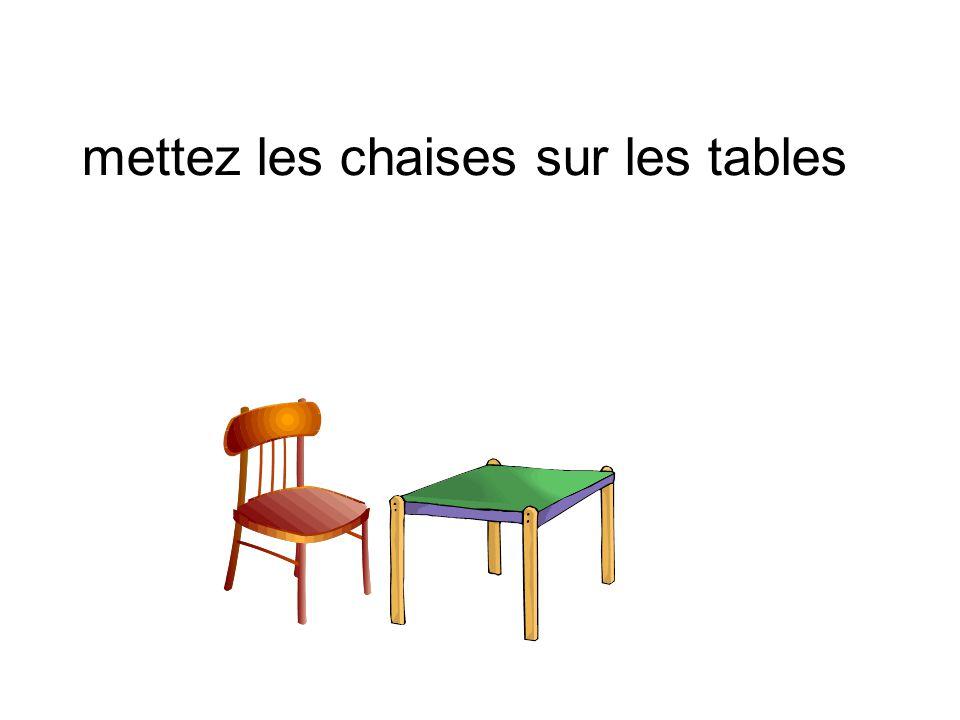mettez les chaises sur les tables