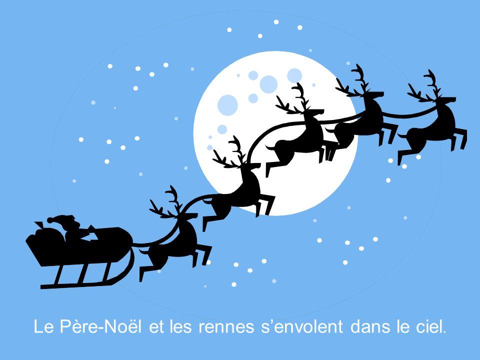 Le Père-Noël et les rennes s'envolent dans le ciel.