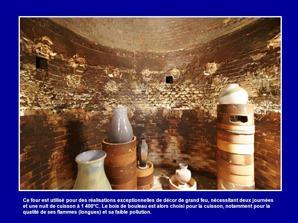 Ce four est utilisé pour des réalisations exceptionnelles de décor de grand feu, nécessitant deux journées et une nuit de cuisson à 1 400°C.