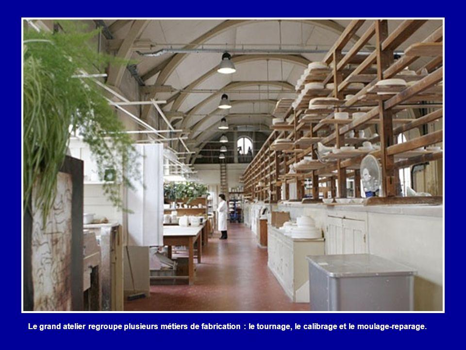 Le grand atelier regroupe plusieurs métiers de fabrication : le tournage, le calibrage et le moulage-reparage.