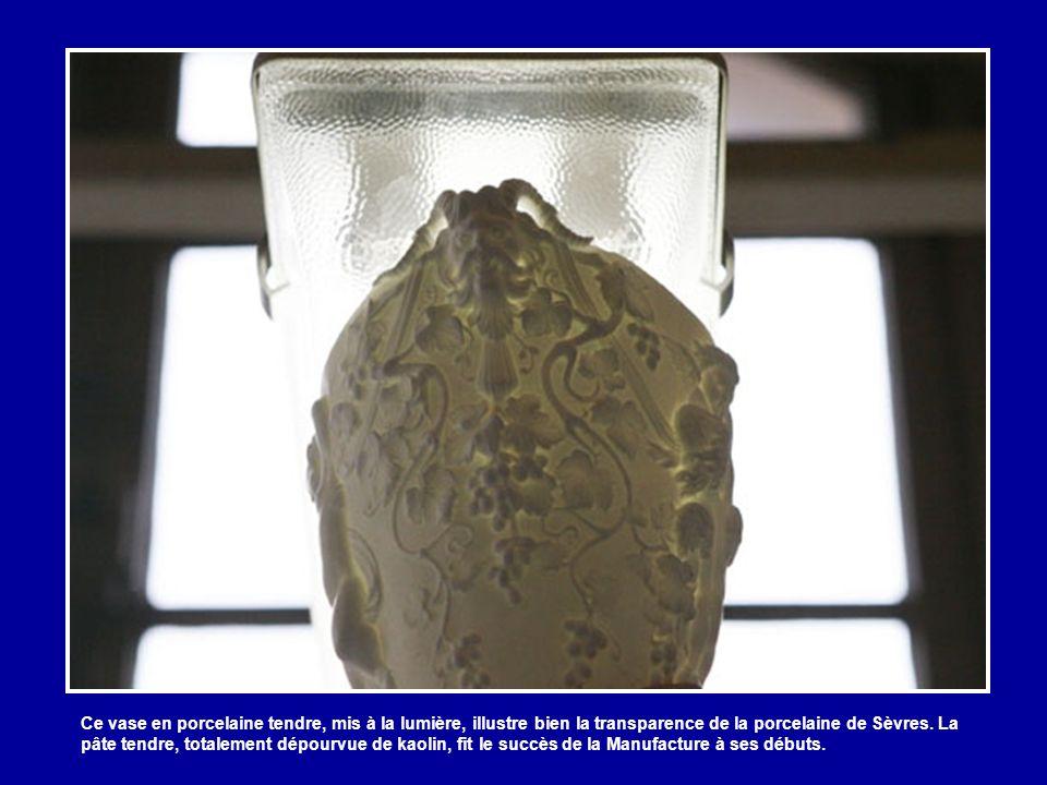 Ce vase en porcelaine tendre, mis à la lumière, illustre bien la transparence de la porcelaine de Sèvres.