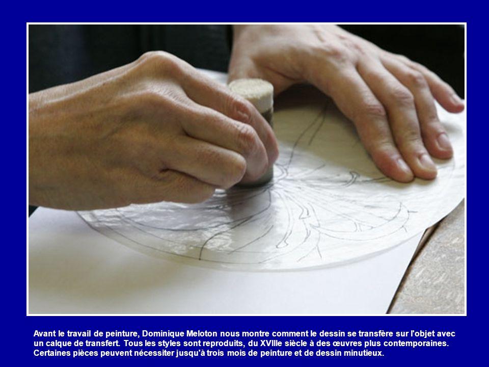 Avant le travail de peinture, Dominique Meloton nous montre comment le dessin se transfère sur l objet avec un calque de transfert.