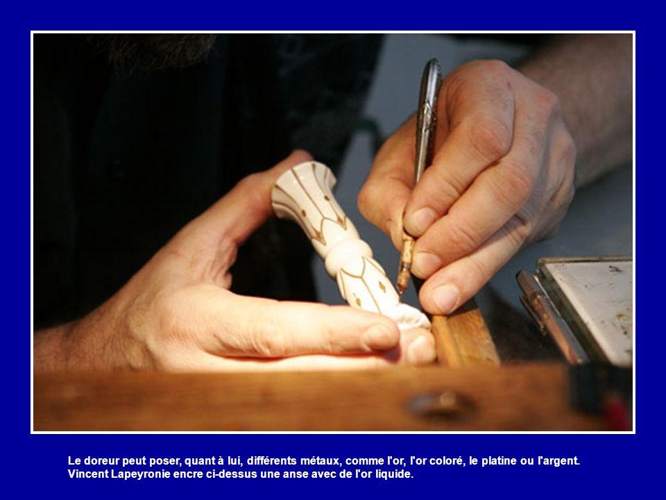 Le doreur peut poser, quant à lui, différents métaux, comme l or, l or coloré, le platine ou l argent.