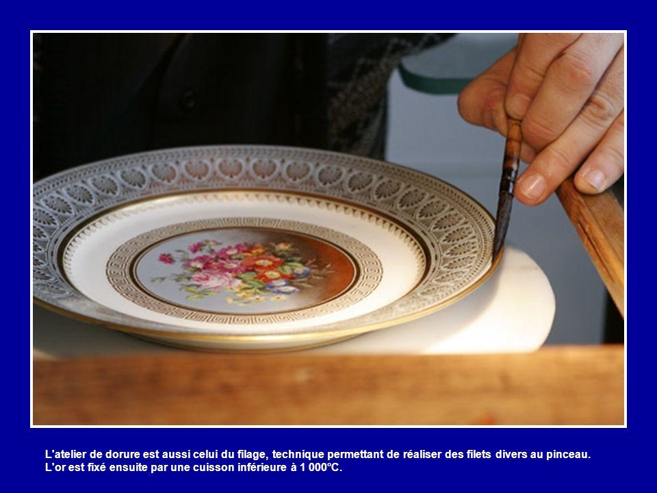 L atelier de dorure est aussi celui du filage, technique permettant de réaliser des filets divers au pinceau.