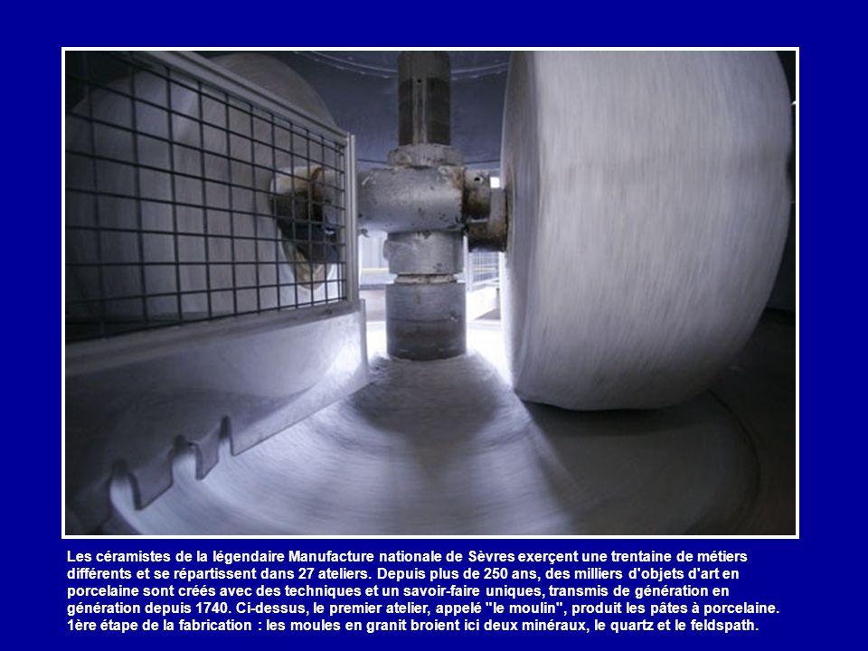 Les céramistes de la légendaire Manufacture nationale de Sèvres exerçent une trentaine de métiers différents et se répartissent dans 27 ateliers.